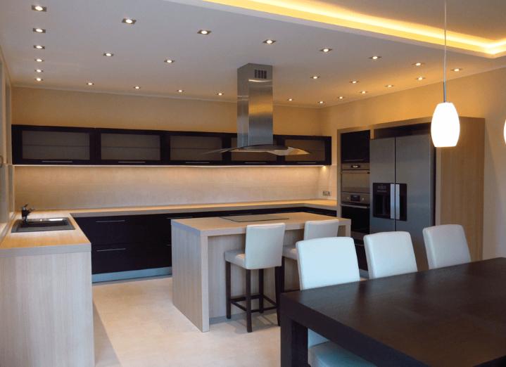A hűtő és a tűzhely is a beépített konyhabútor része!